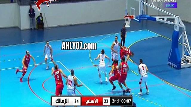 شاهد لاعب الزمالك يقوم بضرب وسب زميله في الملعب أثناء مباراة الأهلي على الهواء